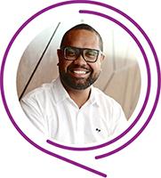 Na imagem, o voluntário Aurino Souza Gomes posa sorridente