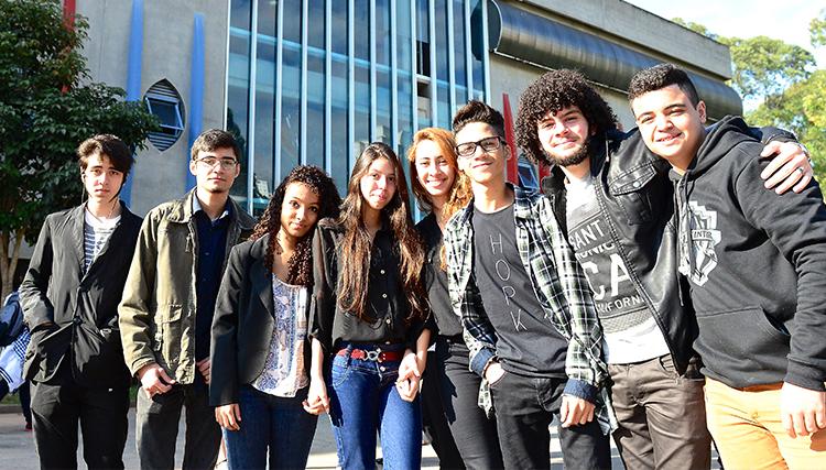 Na imagem, aparece turma de oito jovens do programa de voluntariado do Pense Grande