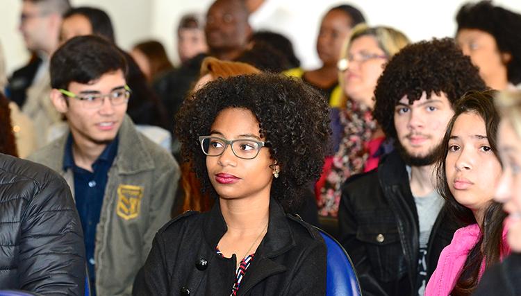 Imagens de jovens e de voluntários do Pense Grande