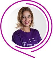 Alessandra, do Programa de Voluntariado da Fundação Telefônica Vivo, usa camiseta púrpura, tem cabelos claros e sorri