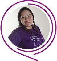 Elayne,Embaixadores do Programa de Voluntariado da Fundação Telefônica Vivo usa camiseta púrpura, tem cabelos escuros e sorri