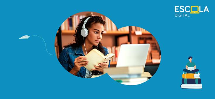 Imagem mostra pessoa com fone de ouvido, segurando um livro e olhando para o computador. Logo onde se lê Escola Digital