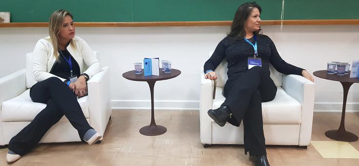 Renata Roberta Pessoa está sentada à esquerda da imagem. No lado direito está Priscila Gonsales ocupando outra poltrona, durante painel do Jeduca