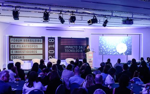 Imagem mostra Paula Fabiani, diretora-presidente do Idis, no palco do evento Fórum Brasileiro de Filantropia