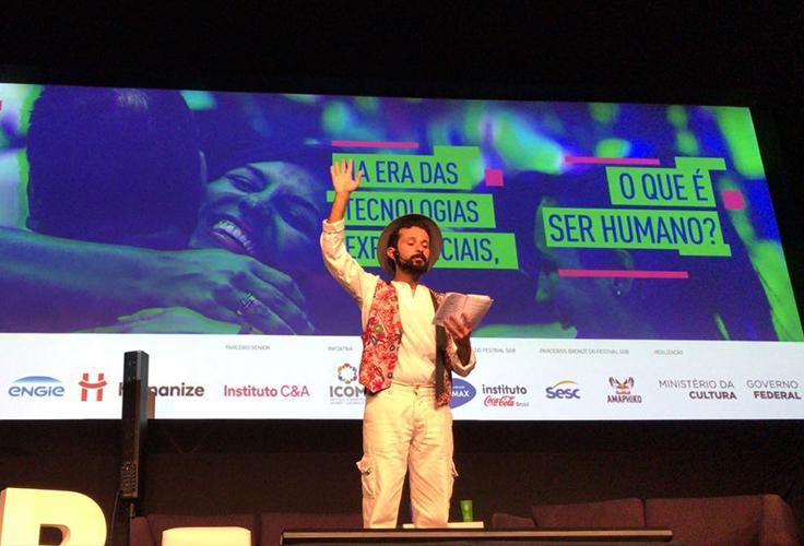 Nuno Arcanjo lê poema no palco do festival Social Good Brasil