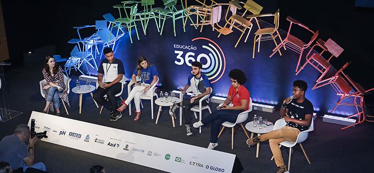Seis palestrantes estão sentados no palco do Educação 360 para o painel sobre o que jovens querem ensinar aos mestres