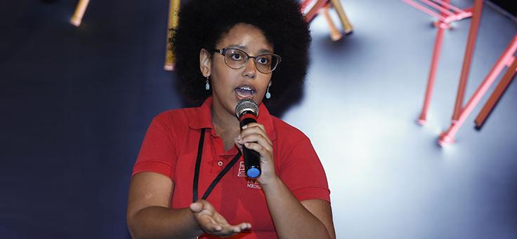 Jovem fala no painel O que os jovens querem ensinar aos mestres durante o Educação 360