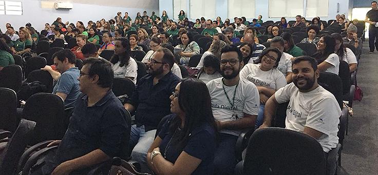 Plateia sentada em dezenas de cadeiras ocupadas assiste a palestra do evento Socialização de Práticas Formativas, em Manaus, que discutiu boas práticas pedagógicas