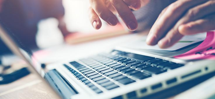 Imagem mostra as mãos de uma pessoa sobre um teclado de computador para ilustrar a formação sobre pensamento computacional do Programaê