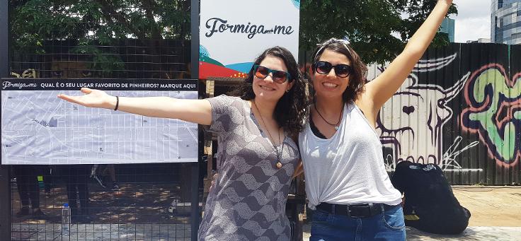 Carmen Guerreiro e Fernanda Carpegiani estão abraçadas e sorrindo para a foto. O Formiga-me é um dos projetos que remodelam a relação entre cidades e pessoas.