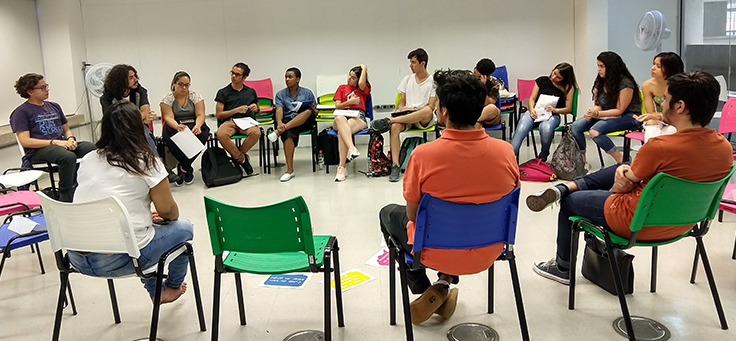 Representantes de projetos acelerados no Acessa Campus estão sentados em roda durante o Laboratório para Jovens Empreendedores, na ETEC Parque da Juventude, que recebeu espaço de coworking.
