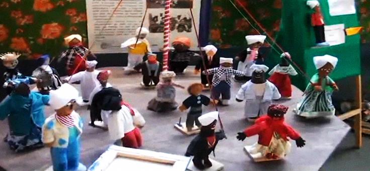Imagem mostra pequenos bonecos de pano que fazem parte de um dos projetos apresentados na escola Maria Luiza Fornasier Franzin