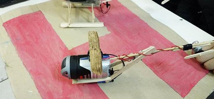 Imagem mostra helicóptero feito de sucata em aula sobre robótica da professora Débora Garofalo, finalista do Nobel da Educação.