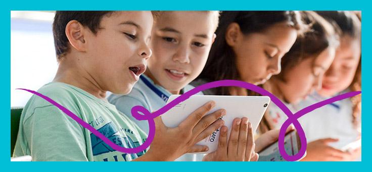 A imagem mostra cinco crianças em diagonal olhando para tablets do projeto Profuturo Aula Digital