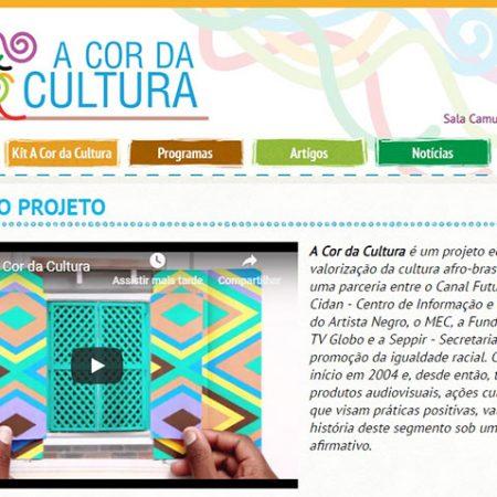Homepage do site A Cor da Cultura traz uma mulher negra estilizada em várias cores. Projeto integra lista de obras que ensinam cultura afro-brasileira, conforme a lei 10.639/03.
