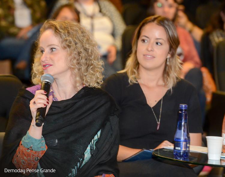 Imagem mostra executivos e colaboradores da Fundação Telefônica Vivo na plateia durante evento Demoday