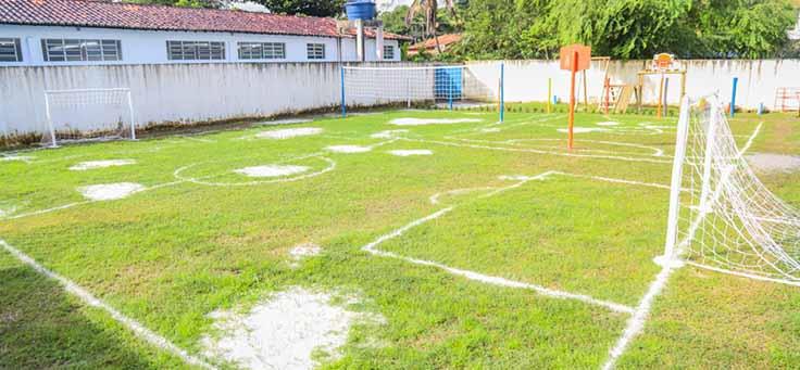 Quadra recebe linhas de campo de futebol, basquete e vôlei na Escola Municipal de Ensino Fundamental Frei Fernando, que recebeu o programa de voluntariado Vacaciones Solidárias.