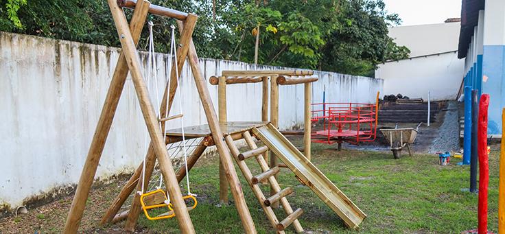 Imagem mostra balanço, escorregador e outros aparelhos no pátio da Escola Municipal de Ensino Fundamental Frei Fernando, que recebeu o programa de voluntariado Vacaciones Solidárias.