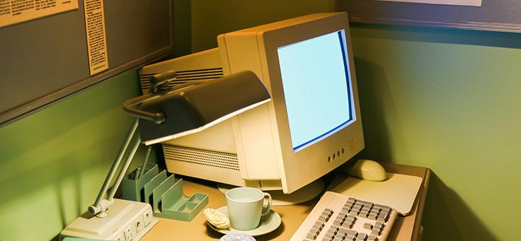 Para falar sobre os 50 anos da internet, imagem mostra monitor, CPU e teclado de computador antigo sobre uma mesa de trabalho.