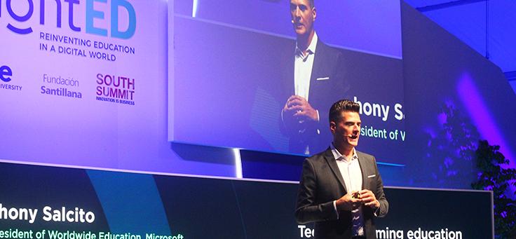 Anthony Salcito está no palco do enligthED. O vice-presidente global de Educação da Microsoft falou que o avanço da tecnologia sozinho não muda o aprendizado.