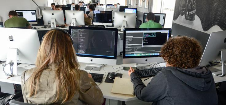 Imagem mostra estudantes mexendo em computadores durante processo seletivo no espaço da 42 São Paulo
