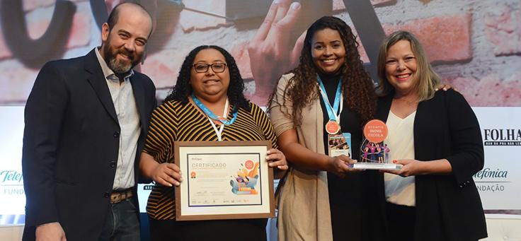 Participantes do Grupo Inova IEMA posam para foto com certificado e troféu
