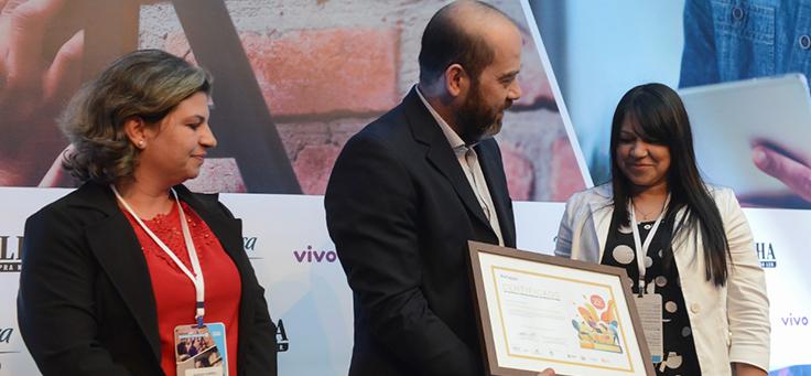 Ganhadoras do grupo Urbano recebem o certificado das mãos do Diretor-Presidente da Fundação Telefônica Vivo, Americo Mattar