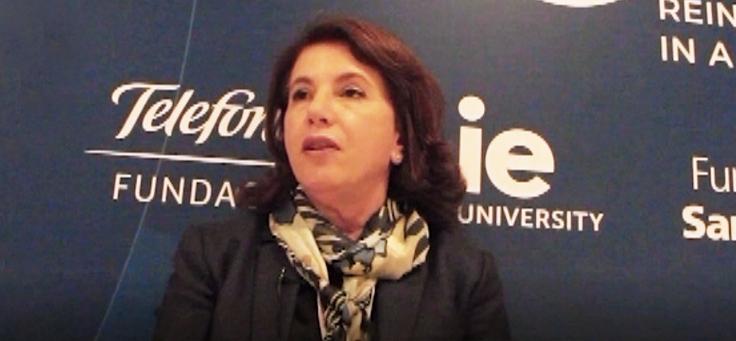 Imagem mostra Lucia Dellagnelo, do CIEB dando entrevista