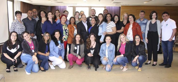 Grupo com integrantes de equipes de secretarias municipais posa lado a lado para celebrar as práticas educacionais premiadas pela 4ª Ação de Reconhecimento da plataforma Conviva.