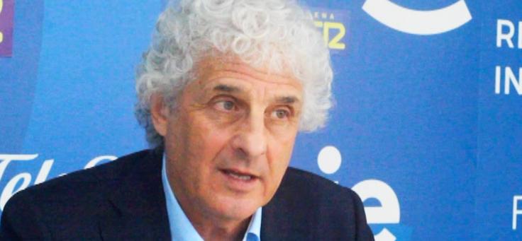 Imagem mostra o pesquisador Andrew Meltzoff dando entrevista. Atrás dele há um banner azul.