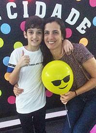 Bruna Parada e o filho Matheus posam para foto