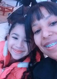 Viviane Santos Lopes e a filha Lina posam para a foto