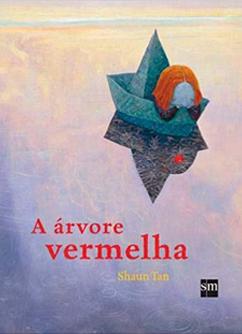 Na capa do livro infantil A Árvore Vermelha uma personagem com cabelo laranja está pensativa com as mãos apoiando a cabeça e debruçada na beira de um barco de papel azul cujas sombras se refletem em um lago.