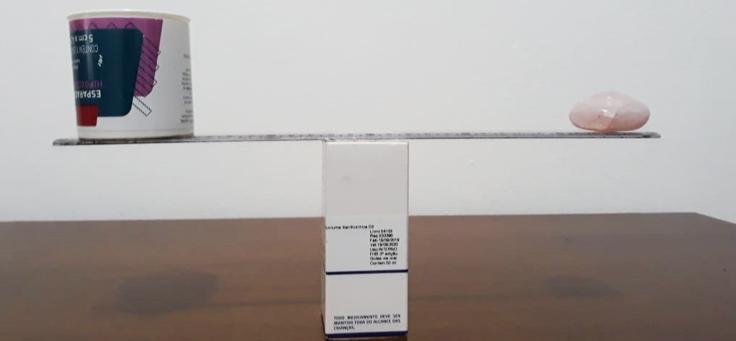 Imagem mostra uma balança construída com materiais recicláveis