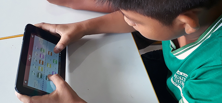 Imagem mostra aluno fazendo atividades em um tablet