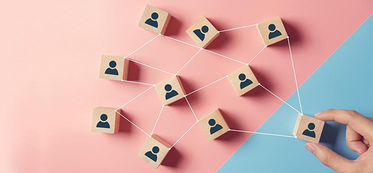 Imagem mostra pequenos blocos de madeira ligados por linhas com ícones que simbolizam perfis de pessoas