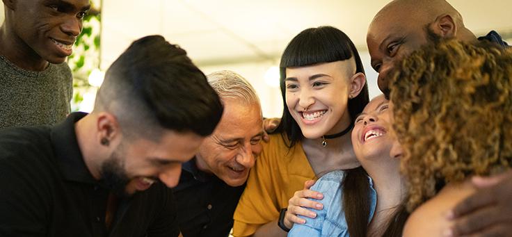 Imagem mostra um grupo de pessoas juntas abraçadas