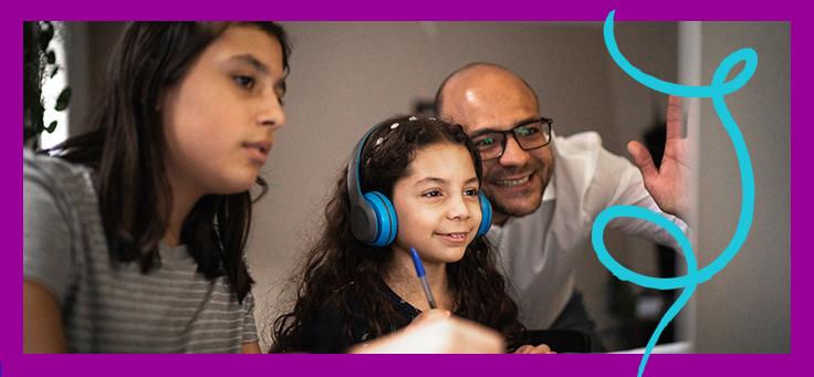 A imagem mostra duas crianças e um pai olhando para uma tela de computador