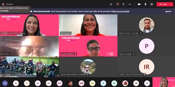 Tela dividida em nove frames mostra o rosto de beneficiários da Associação Beneficente Dikaion e colaboradores da Vivo durante evento virtual da Semana dos Voluntários.