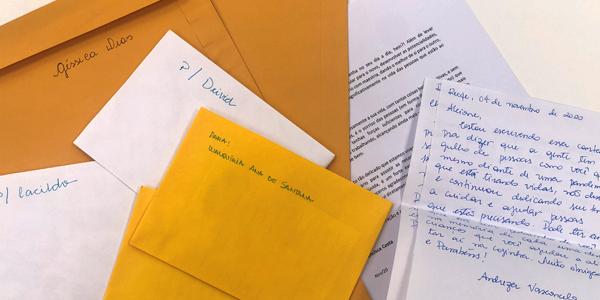 Imagem mostra cartas motivacionais enviadas a funcionários do Instituto Solidare, de Recife (PE), durante a Semana dos Voluntários.