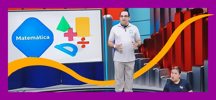 """Imagem mostra uma das transmissões do """"Aula em Casa"""", projeto apoiado pelo Aula Digital em Manaus. O apresentador é um homem, que está em um estúdio, ao fundo há uma tela com símbolos matemáticos coloridos e, à frente dele, aparece a imagem de uma mulher fazendo tradução simultânea para Libras."""