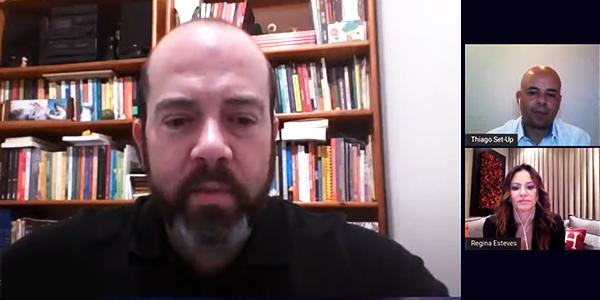 Evento com executivos debateu novos modelos para melhorar a educação. Imagem mostra Americo Mattar, diretor-presidente da Fundação Telefônica Vivo está em uma sala virtual, na qual debate com Regina Esteves, CEO da Comunitas, e o mediador Thiago Almeida.