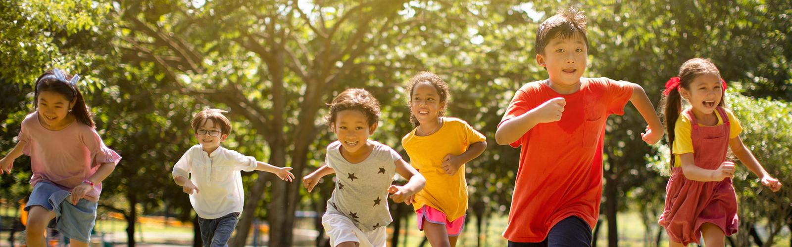 seis crianças correndo em um parque