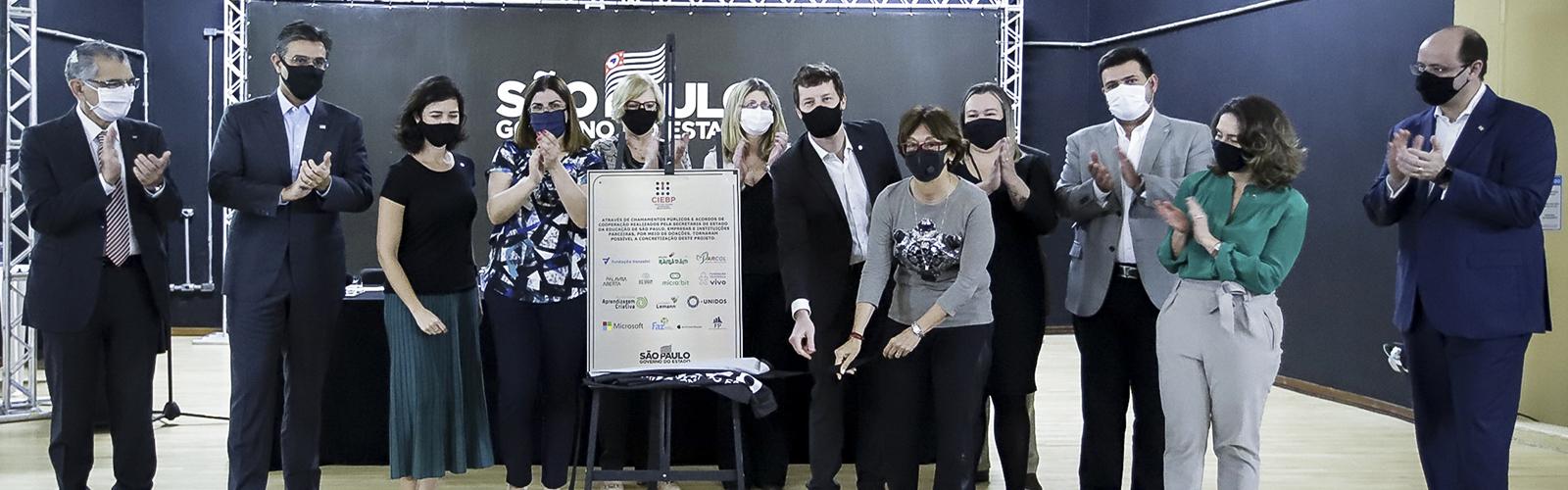 Foto mostra um grupo de pessoas reunidos no dia da inauguração do Centro de Inovação da Educação Básica Paulista (CIEBP),