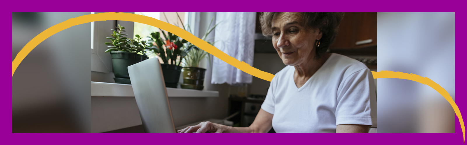 Imagem mostra senhora trabalhando em um notebook. Ao lado dela se vê uma janela com diversos vasos de flores.