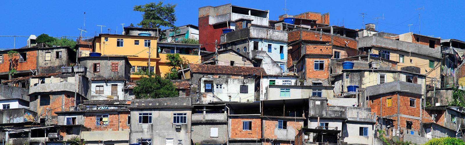 Imagem mostra casas no Conjunto de favelas da Maré, no Rio de Janeiro, onde instituições como a Unicef criaram série de medidas para fortalecer a rede de proteção a jovens que moram na região. As construções têm cores variadas: algumas amarelas, outras com tijolo aparente, outras com reboco cinza.