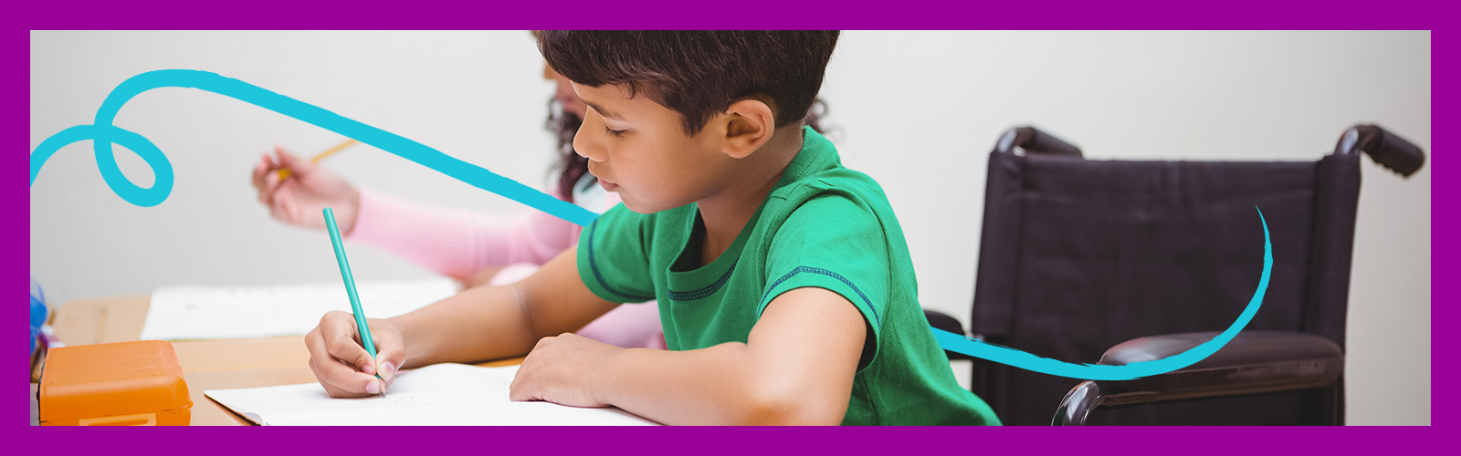 Aluno em cadeira de roda está escrevendo em um caderno na sala de aula para ilustrar a importância de promover uma educação inclusiva. Ele é um menino com menos de 10 anos de idade e tem cabelo curto e preto.