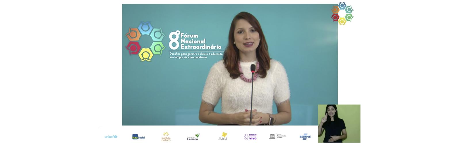 Imagem mostra apresentadora vestindo branco em um evento online. Ao fundo, se vê o logo do 8º Fórum Nacional Extraordinário – Desafios para garantir o direito à educação em tempos de e pós pandemia