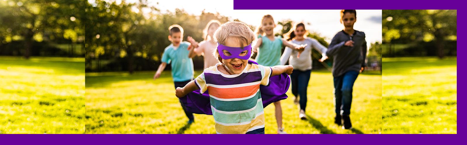 Menino está com máscara e capa de herói em pauta sobre como as histórias em quadrinho com super-heróis podem ser ferramentas pedagógicas. Ele tem menos de 10 anos de idade, veste camiseta colorida, capa e máscara roxas.