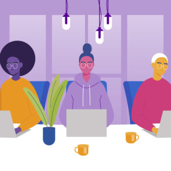 Imagem que representa o quiz A 42 São Paulo é para mim? é uma ilustração que mostra três pessoas utilizando notebook e sentadas em fileira em uma mesa. A primeira é uma mulher negra de cabelos crespos, usando óculos e blusa amarela; a segunda é uma mulher branca com os cabelos presos num coque, usando moletom; a terceira é uma pessoa de cabelos brancos e curtos, usando óculos. Ao fundo e sobre a mesa há plantas.